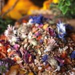 Hühnerfütterung mit Blüten, Kräutern und Mehlwürmern
